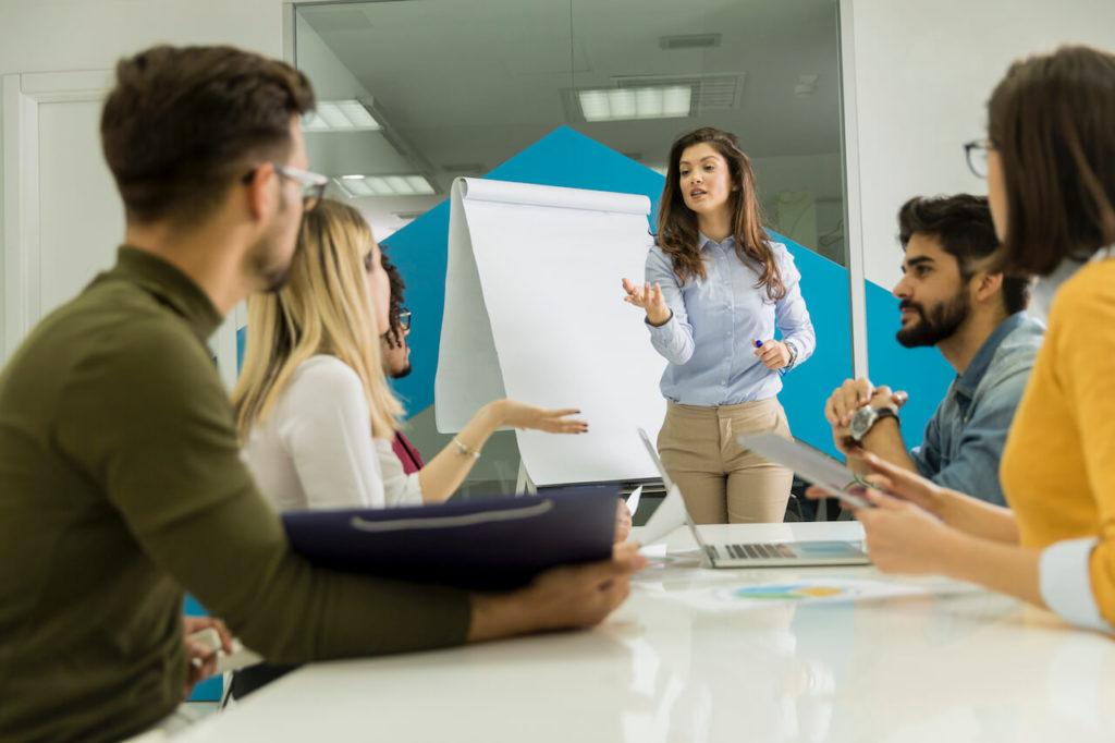 """Praca w korporacji to Interesujące projekty i ambitni współpracownicy, """"klepanie"""" faktur i brak decyzyjności."""